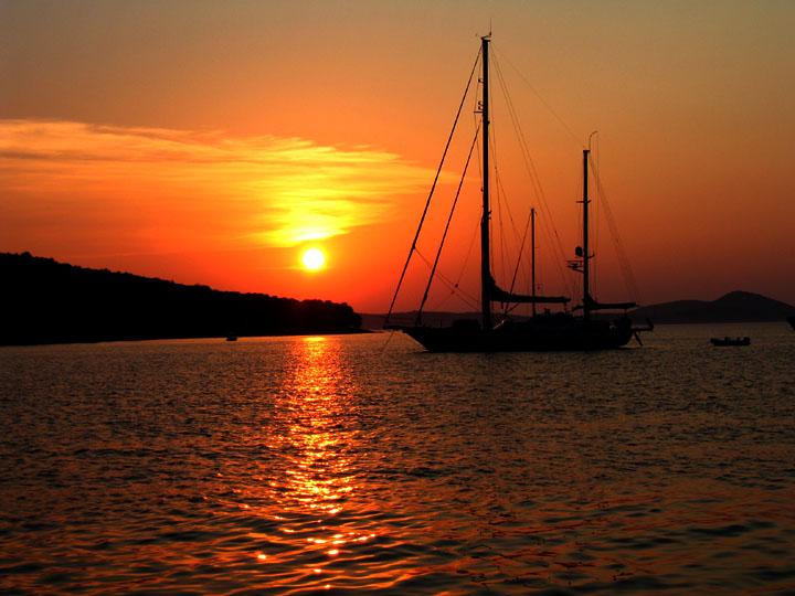 Sonnenuntergang in der Adria bei einem Segeltörn in einer Bucht